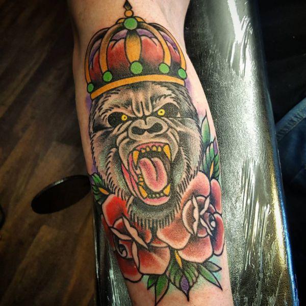 Gorilla mit Krone und Blume Design am Unterschenkel