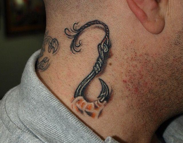 Haken Tattoo um den Hals