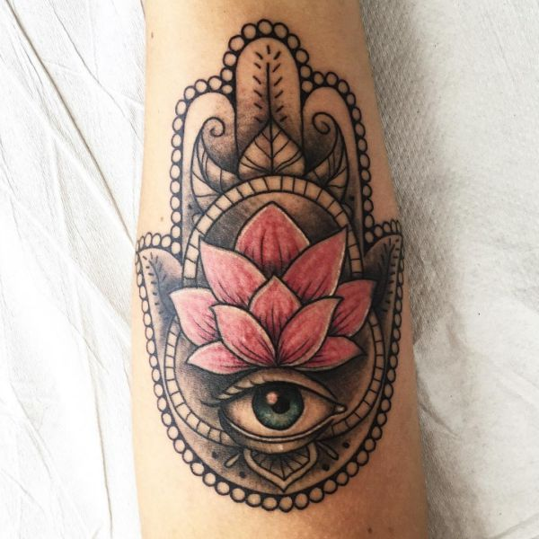 Hamsa Hand mit Lotusblüte Design auf der Bein