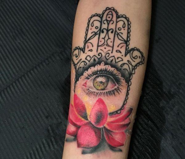 Hamsa Hand mit Lotusblüte Design auf dem Arm