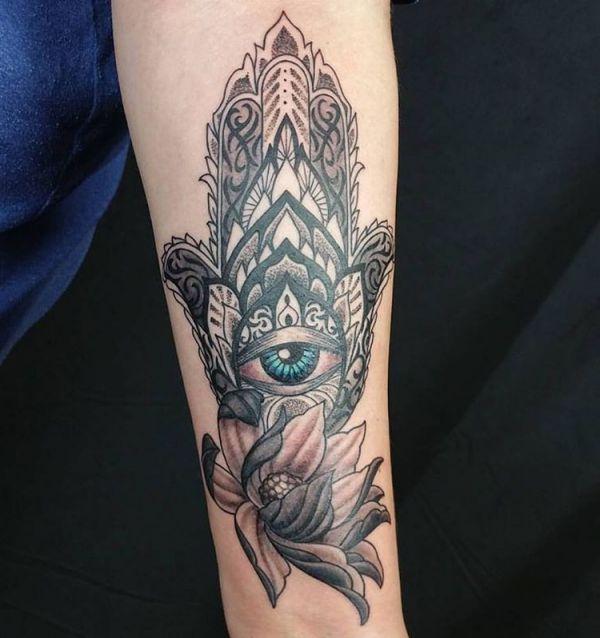 Hamsa Hand mit Lotusblüte Tattoo am Unterarm