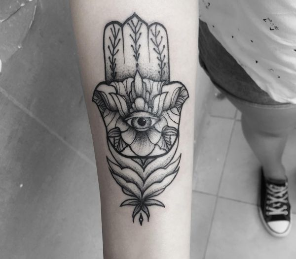 Hamsa Hand Tattoo Design am Unterarm