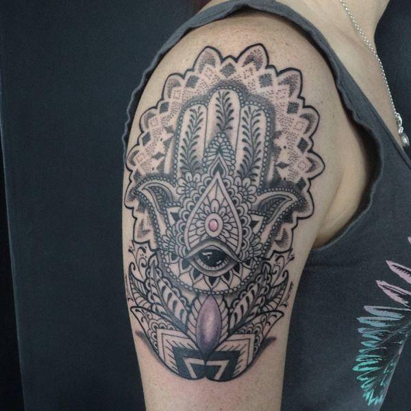 Mandala Hamsa Hand Design am Oberarm