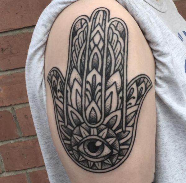 Hamsa Hand Design am Oberarm