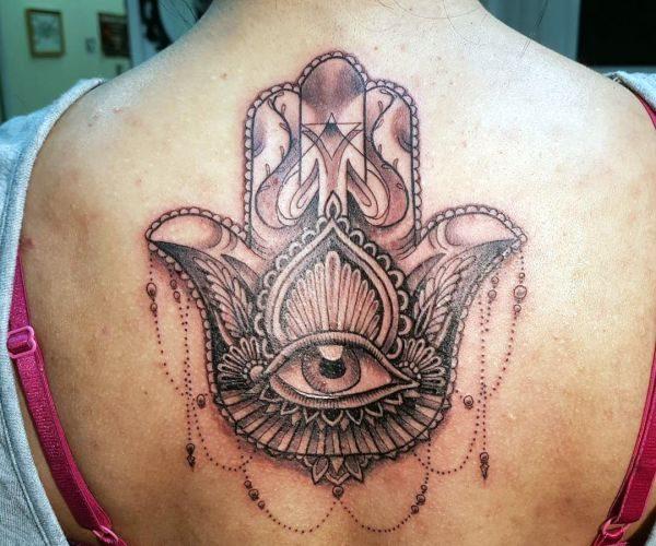 Hamsa Hand Design am Rücken