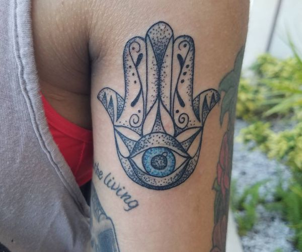 Hamsa Hand Tattoo Design am Oberarm Rücken