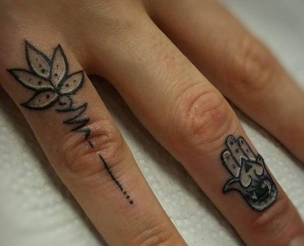 Lotusblüte und Hamsa Hand Tattoo Design auf Finger