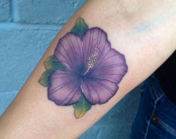 Hibiskus Lila Design am Unterarm
