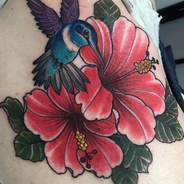 Kolibri Tattoo mit Hibiskus