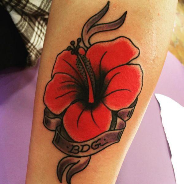 Hibiskus Design mit Banderole auf dem Arm