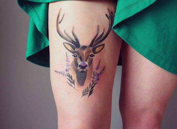 Hirschkopf Tattoo Design am Oberschenkel