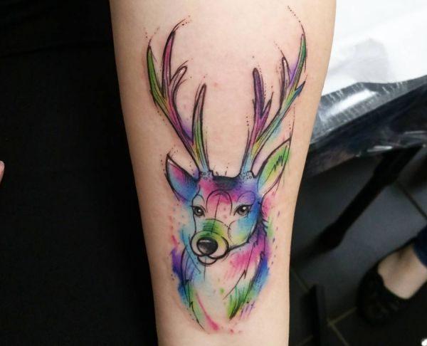Aquarell Hirschkopf Tattoo Design auf dem Arm