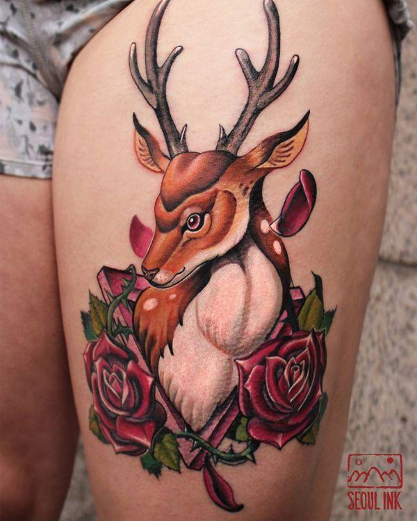 Rosen und Hirsch Tattoo Design am Oberschenkel