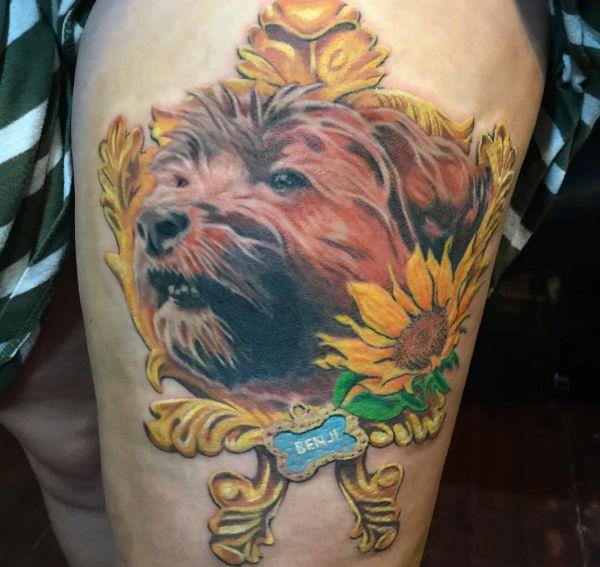 Hunde mit Namen am Oberschenkel
