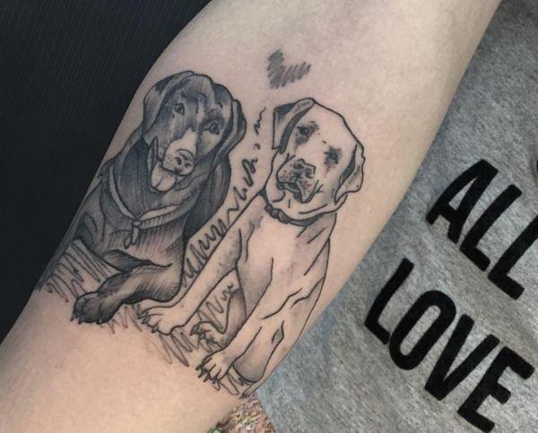 Zwei Hunde mit Herz am Unterarm schwarz und weiß