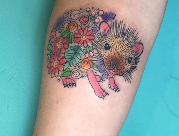 Bunte Igel Tattoo Design auf dem Arm