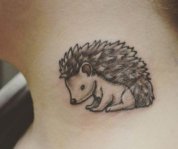Kleiner Igel Tattoo Design um den Hals