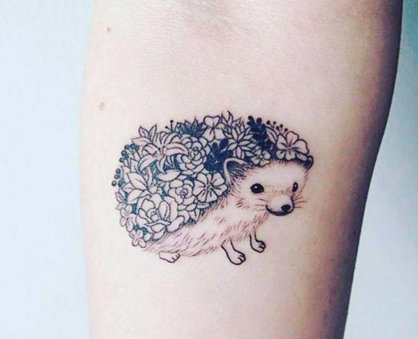 Kleiner Igel mit Blumen Tattoo Design am Unterarm