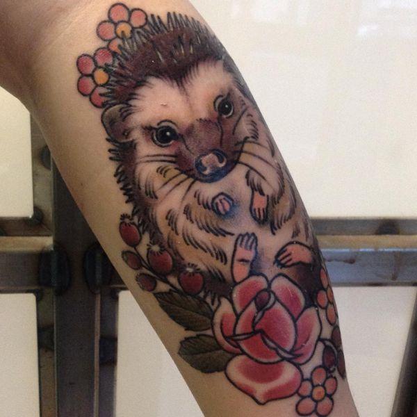 Igel mit Blumen Tattoo Design am Unterschenkel