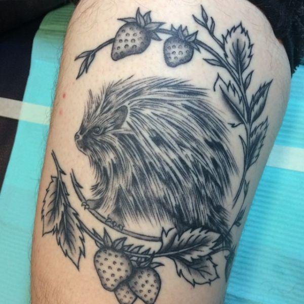 Stachelschwein Tattoo Design am Oberschenkel