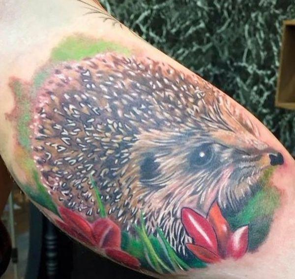 Realistisch Igel mit Blumen Tattoo Design