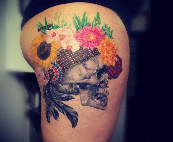 Indianer Skull mit Federn und Blumen Tattoo auf der Hüfte für Frauen