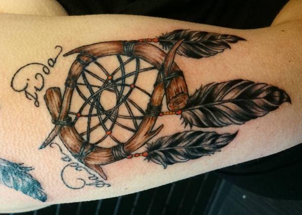 Tattoo Traumfänger mit Namen auf Oberarm