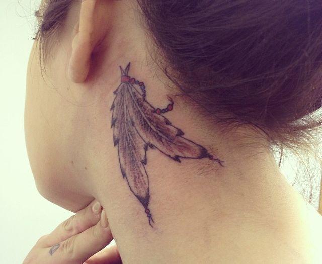 Indianer Feder Tattoo hinter dem Ohr