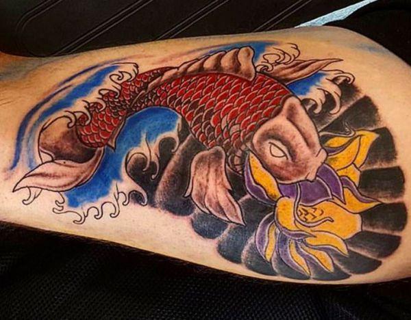 Japanischer Koi mit Lotusblüte Tattoo