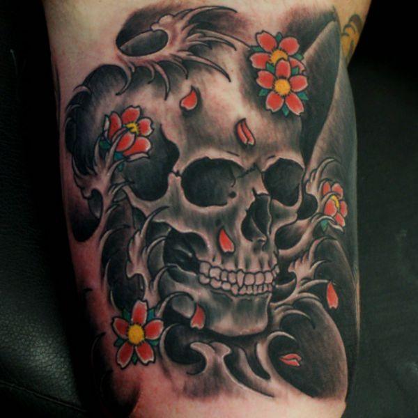 Japanischer Totenkopf und Blumen Tattoo Design