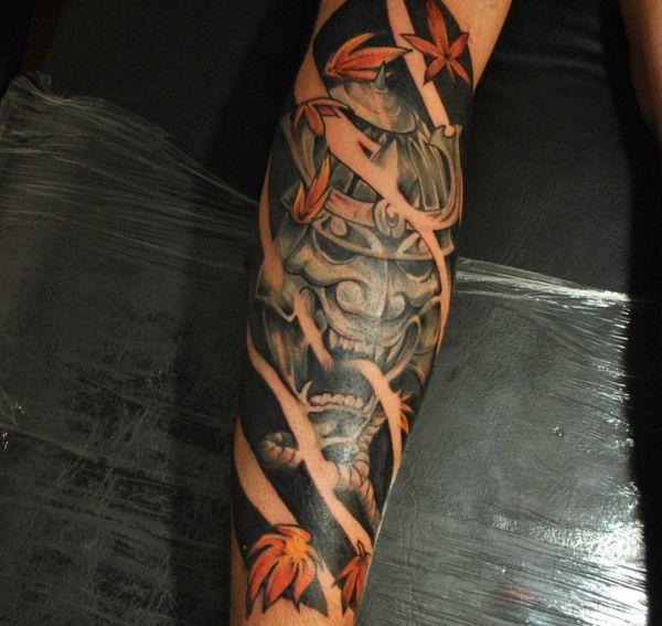 Japanische Oni Maske Tattoo mit Blatt auf dem Arm