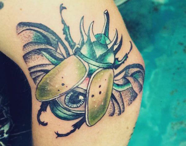 Käfer mit Auge auf dem Arm