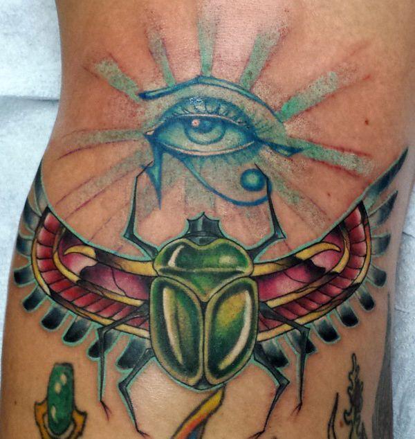 Käfer mit Auge des Re Tattoo auf der Bein