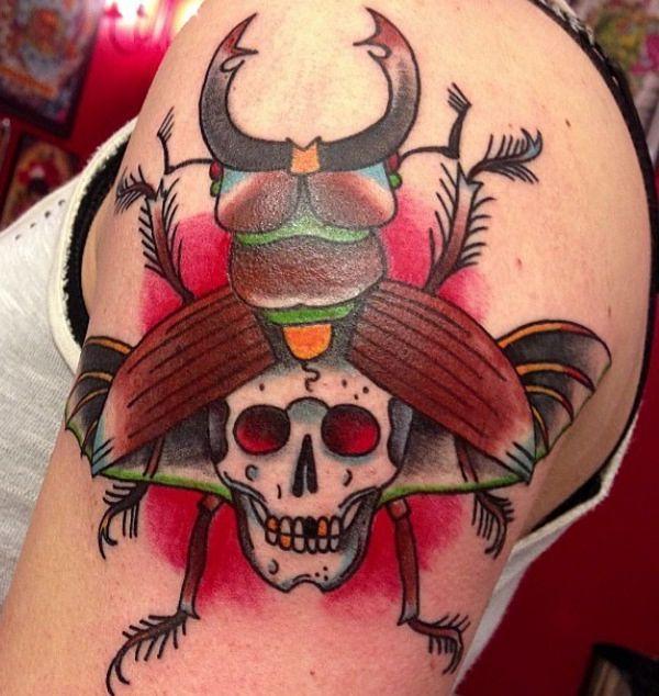 Käfer mit Totenkopf am Oberarm