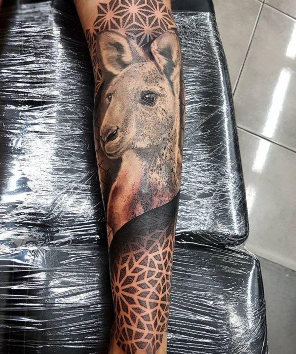 Realistisch Känguru mit Geometrisch Design auf der Bein