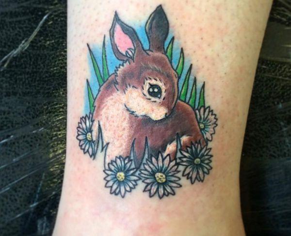 Kaninchen mit Blumen Design am Unterschenkel