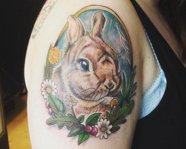Kaninchen mit Blumen Porträt Tattoo Design am Oberarm