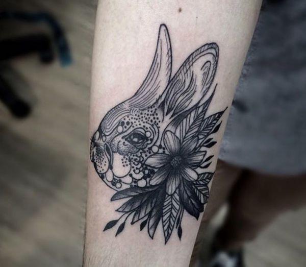 Kaninchenkopf mit Blumen Design am Unterarm schwarz