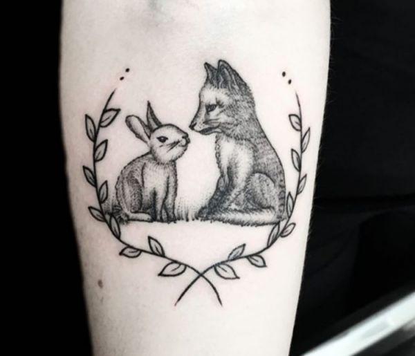 Kaninchen und Fuchs Design am Unterarm Schwarz