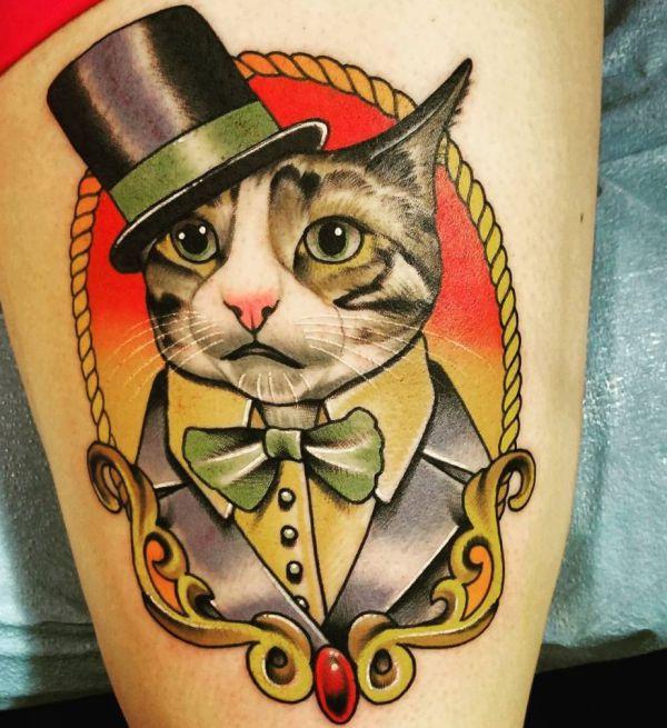 Oldschool Katze mit Hut auf der Bein