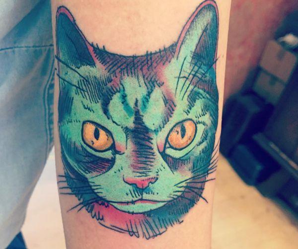 Bunte Katzenkopf am Unterarm