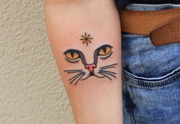 Kleiner Katzen am Unterarm