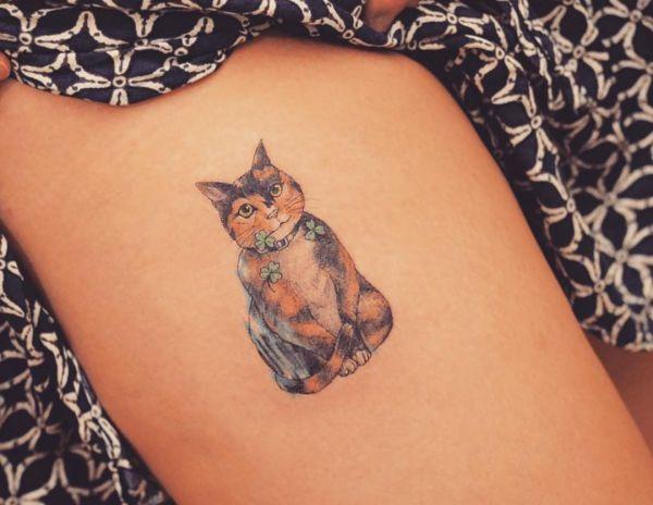 Kleiner Katze Design am Oberschenkel