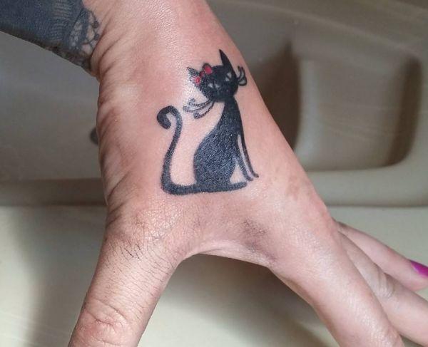 Kleiner Schwarze Katzen Design auf Hand für Frau