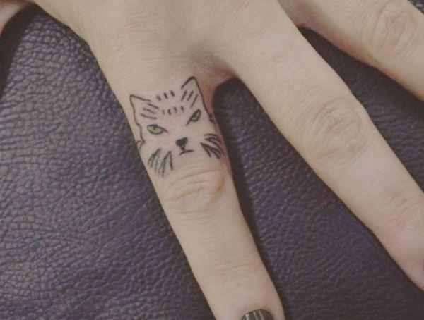 Kleiner Katzenkopf auf Finger