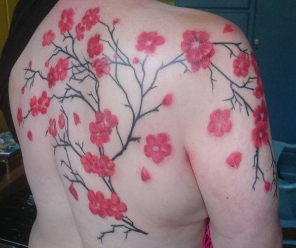 Kirschblüten Tattoo Design am Rücken