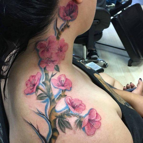 Kirschblüten Tattoo um den Hals