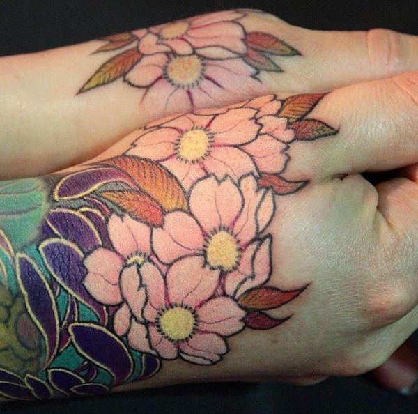 Kirschblüten Tattoo Design auf der Hand
