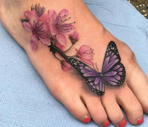 Realistische Schmetterling mit Kirschblüten Tattoo am fuß