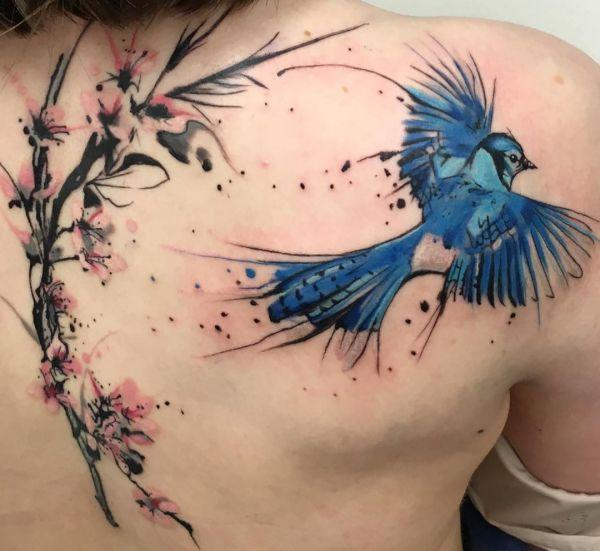 Wasserfarben Kirschblüten und Vogel Tattoo am Rücken